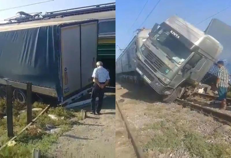 Страшная авария в Сабирабаде: грузовик врезался в поезд