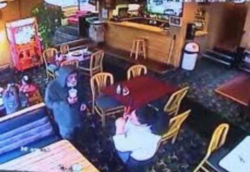 Официантка обслужила бездомного, а после узнала, что это был владелец ресторана