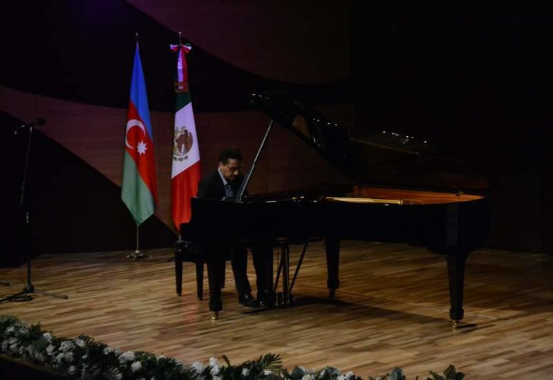 В Центре мугама выступил мексиканский пианист