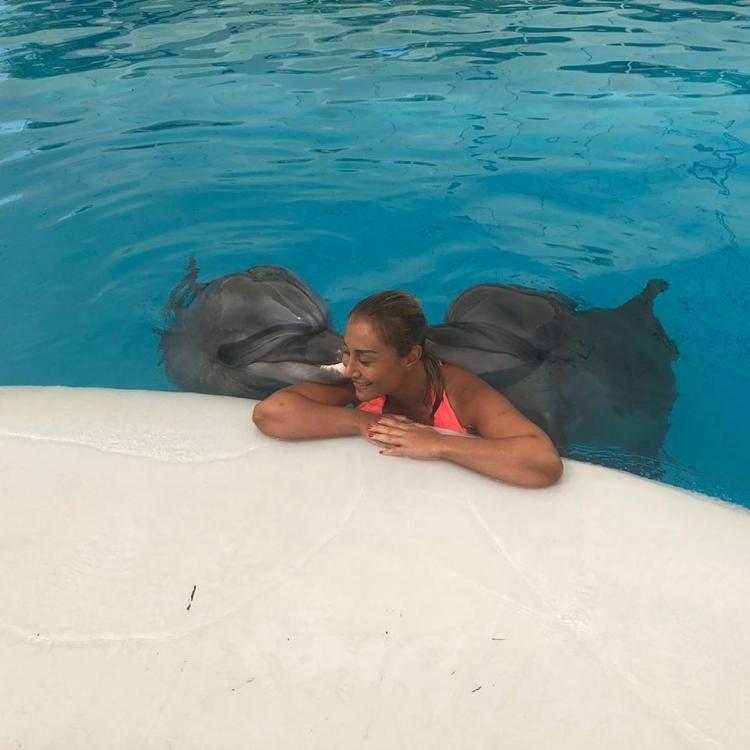 AzTV-nin aparıcısı bikinidə, delfinlərlə birgə — FOTO
