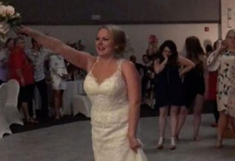 Слишком меткой невесте пришлось дважды кидать букет подружкам