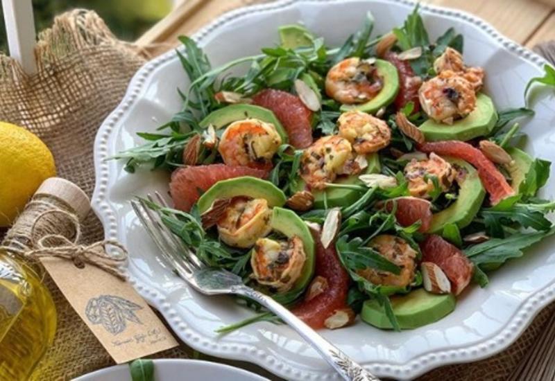 Вкусный салат из креветок с руколлой, авокадо и грейпфрутом