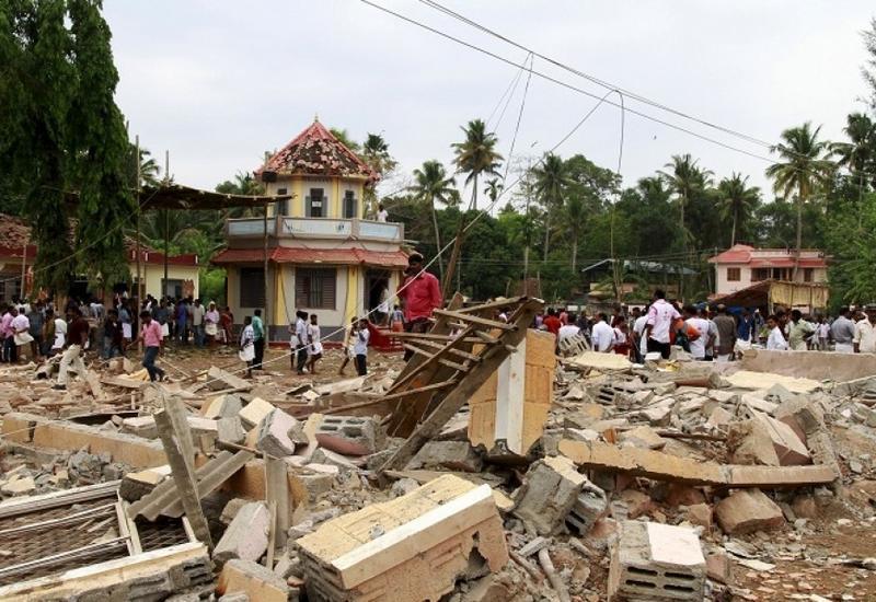В Индии 20 человек пострадали при обрушении крыши во время религиозного праздника