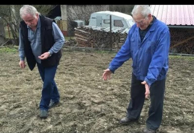 Мужчина пошел выкапывать посаженный в зиму лук и обнаружил на грядке весьма необычную находку