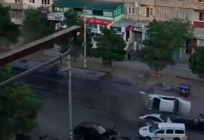 Бронированный грузовик «швырнул» в воздух несколько машин после ДТП в Тбилиси