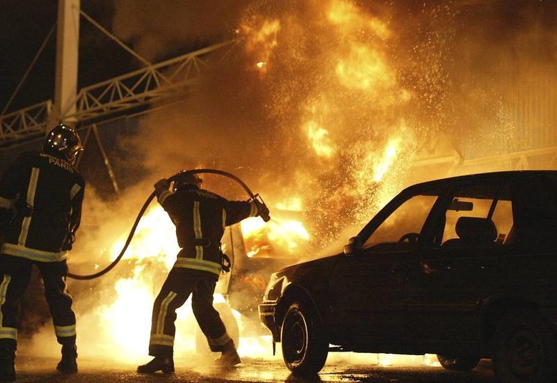 На западе Франции хулиганы сожгли более десятка машин