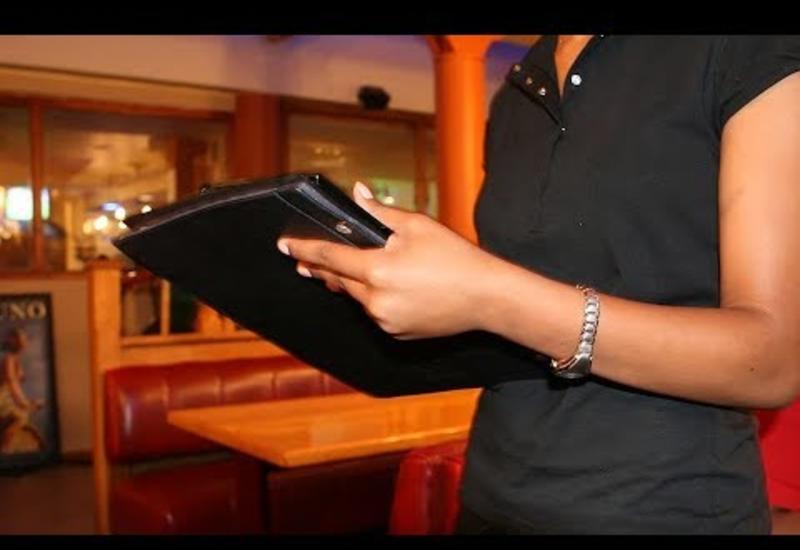 Наглая дама прилюдно посмеялась над полуглухой официанткой и муж тут же отреагировал