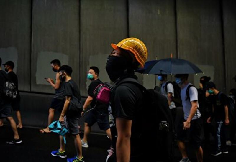 Протестующие в Гонконге используют для атак зонтики