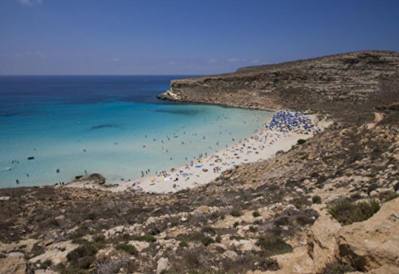 Италия разрешила мигрантам с судна Ocean Viking высадиться на Лампедузе