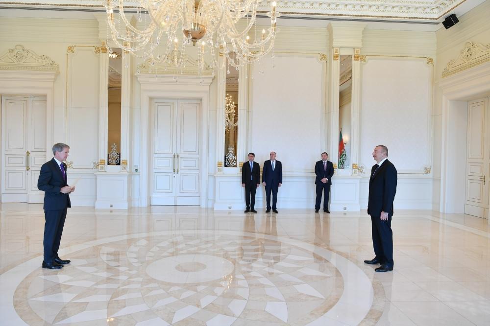 Президент Ильхам Алиев принял верительные грамоты новоназначенного посла Великобритании в Азербайджане