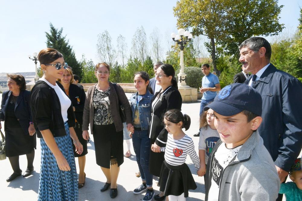 Первый вице-президент Мехрибан Алиева посетила памятник великому лидеру Гейдару Алиеву в Шамахе