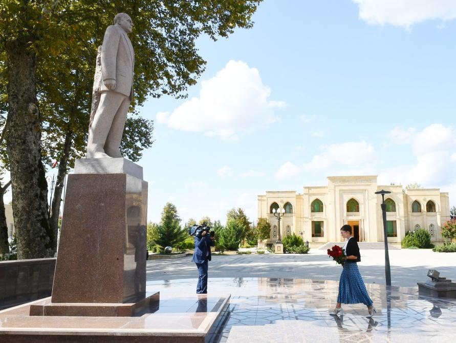 Первый вице-президент Мехрибан Алиева посетила памятник великому лидеру Гейдару Алиеву в Исмаиллы