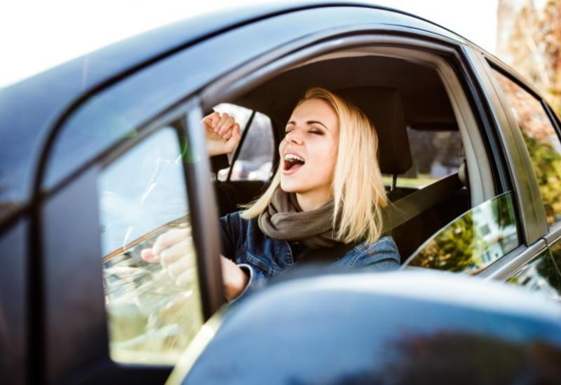 Названы самые опасные песни для водителей