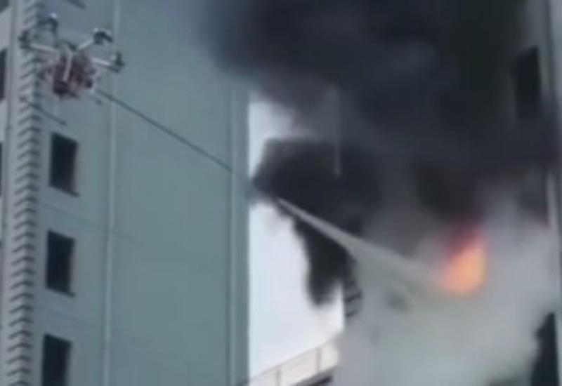 Пожарные использовали дрон для тушения огня в высотном здании