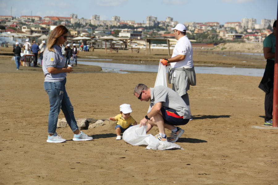 В связи с Международным днем чистоты в прибрежных зонах в Баку организована экологическая акция