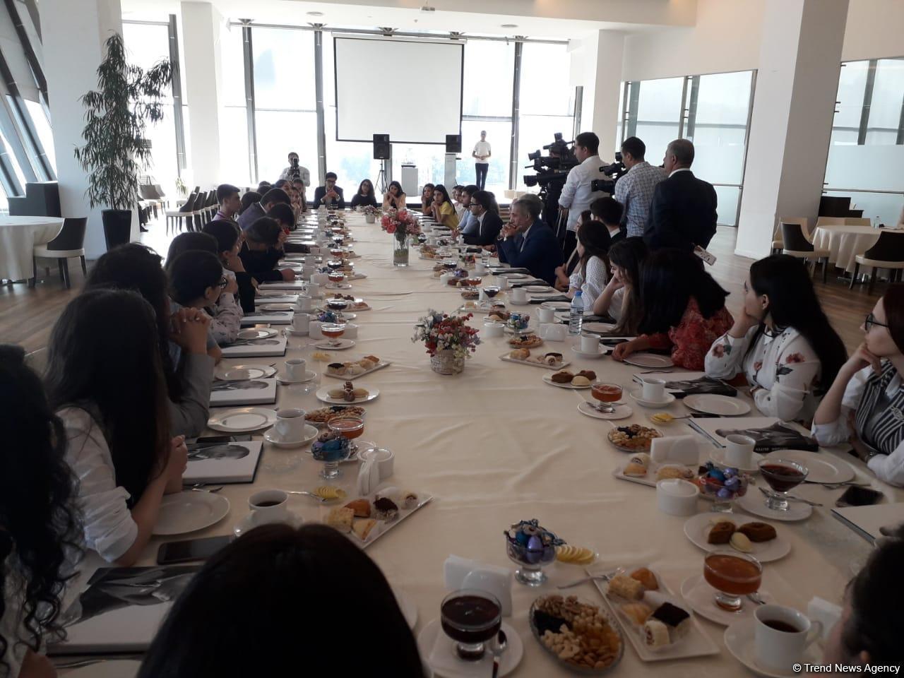 В правящей партии Азербайджана прошла встреча с победителями конкурса по случаю дня рождения Гейдара Алиева