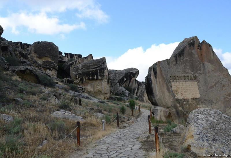 Туристы стали чаще посещать Гобустанский заповедник