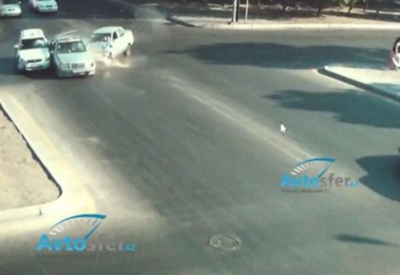 В Баку водитель проехал на красный свет и врезался в Mercedes