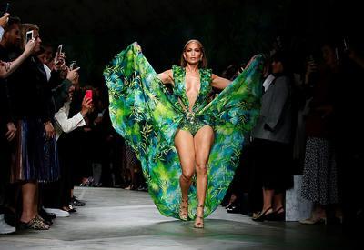 """Дженнифер Лопес затмила всех супермоделей на показе Versace <span class=""""color_red"""">- ФОТО</span>"""