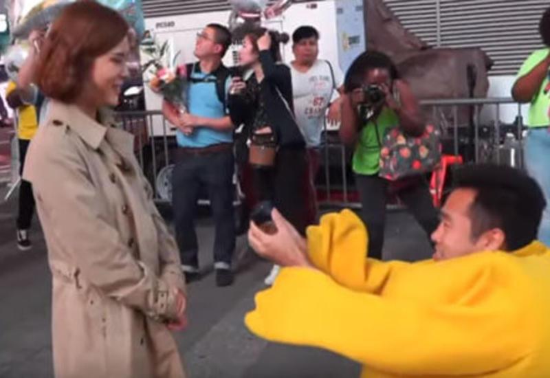 Гуляя по городу, женщина получила предложение руки и сердца от Пикачу
