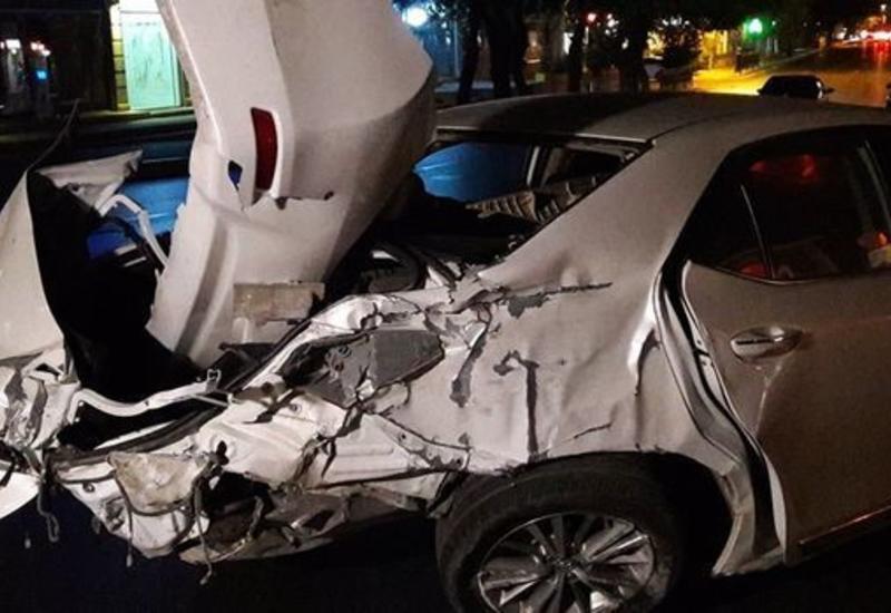 В Баку водитель проехал на красный свет и совершил ДТП