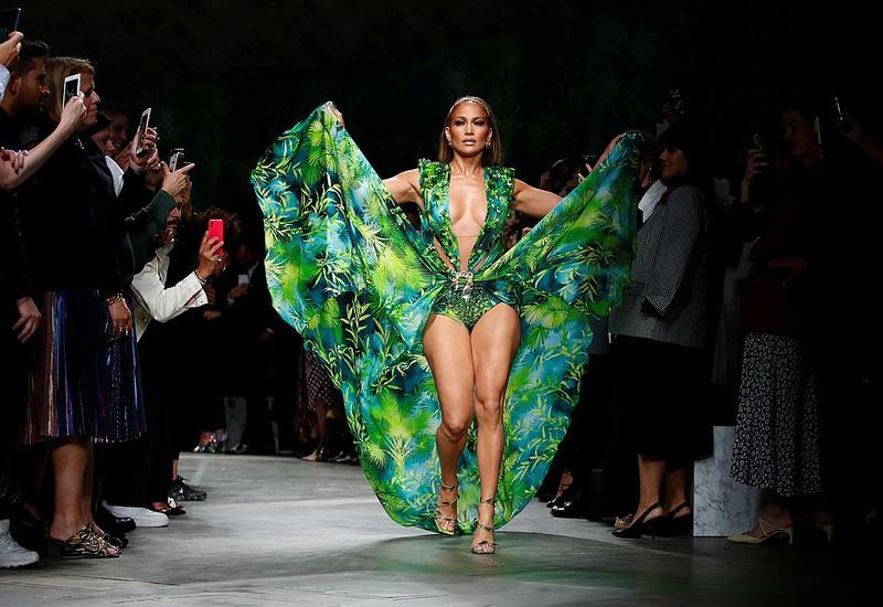 Дженнифер Лопес затмила всех супермоделей на показе Versace
