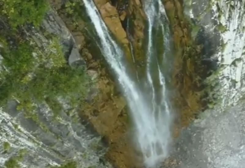 Необычный взгляд на один из самых высоких водопадов в Азербайджане