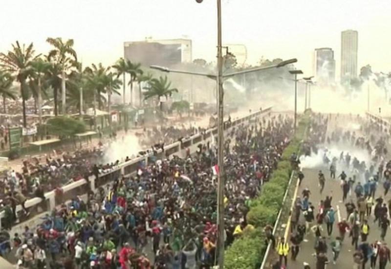 В Индонезии проходят студенческие протесты: есть погибший, сотни раненых
