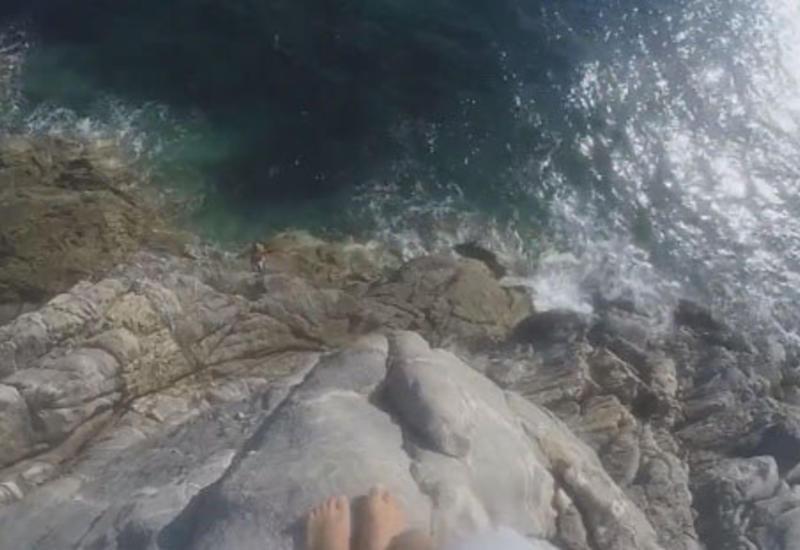 Экстремал, прыгнувший в море, чуть не приземлился на камни