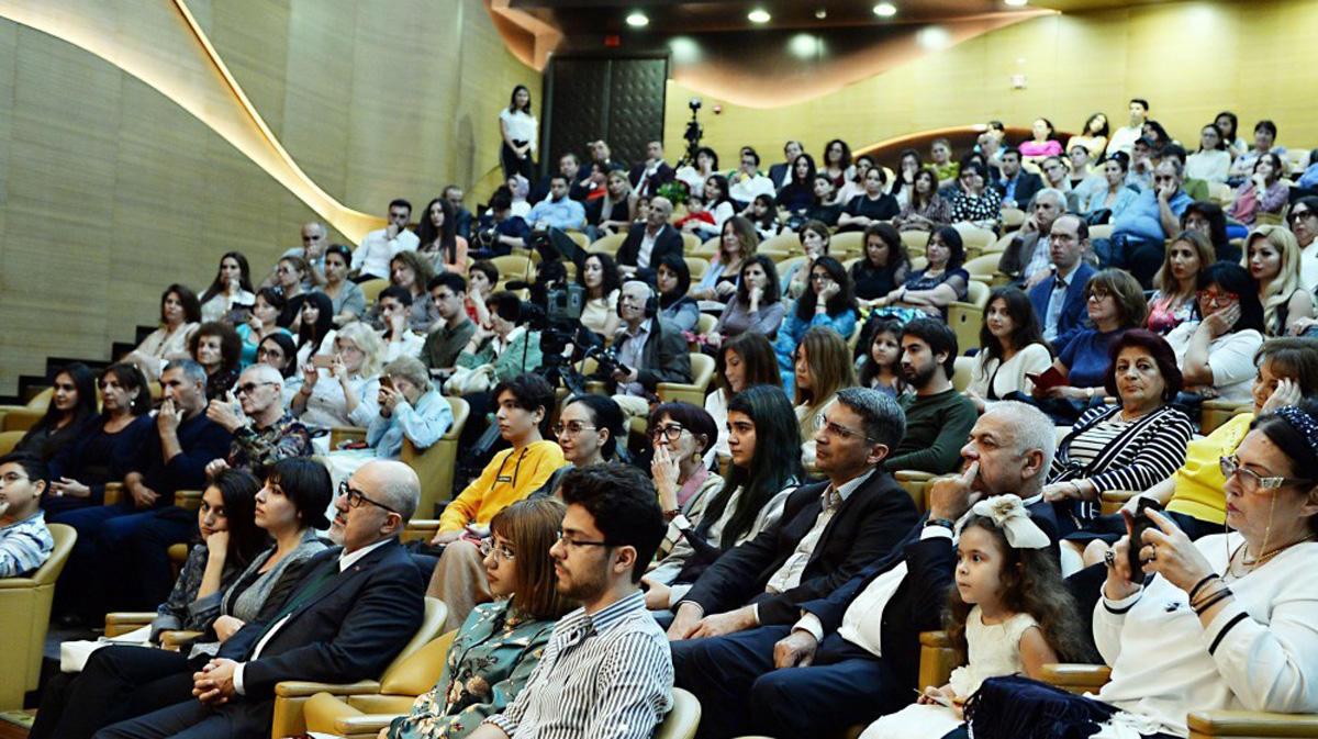 В Центре мугама представлена концертная программа с участием народного артиста Азербайджана и болгарской виолончелистки
