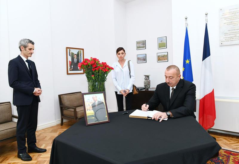 Президент Ильхам Алиев и Первая леди Мехрибан Алиева посетили посольство Франции в нашей стране, выразили соболезнование в связи с кончиной бывшего Президента Жака Ширака