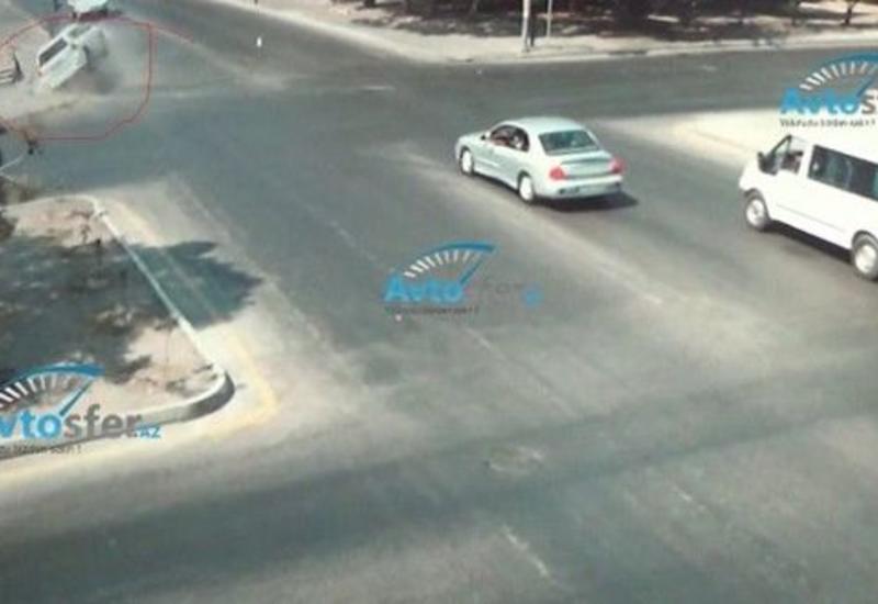 В Баку автомобиль проехал на красный свет, сломал светофор и перевернулся