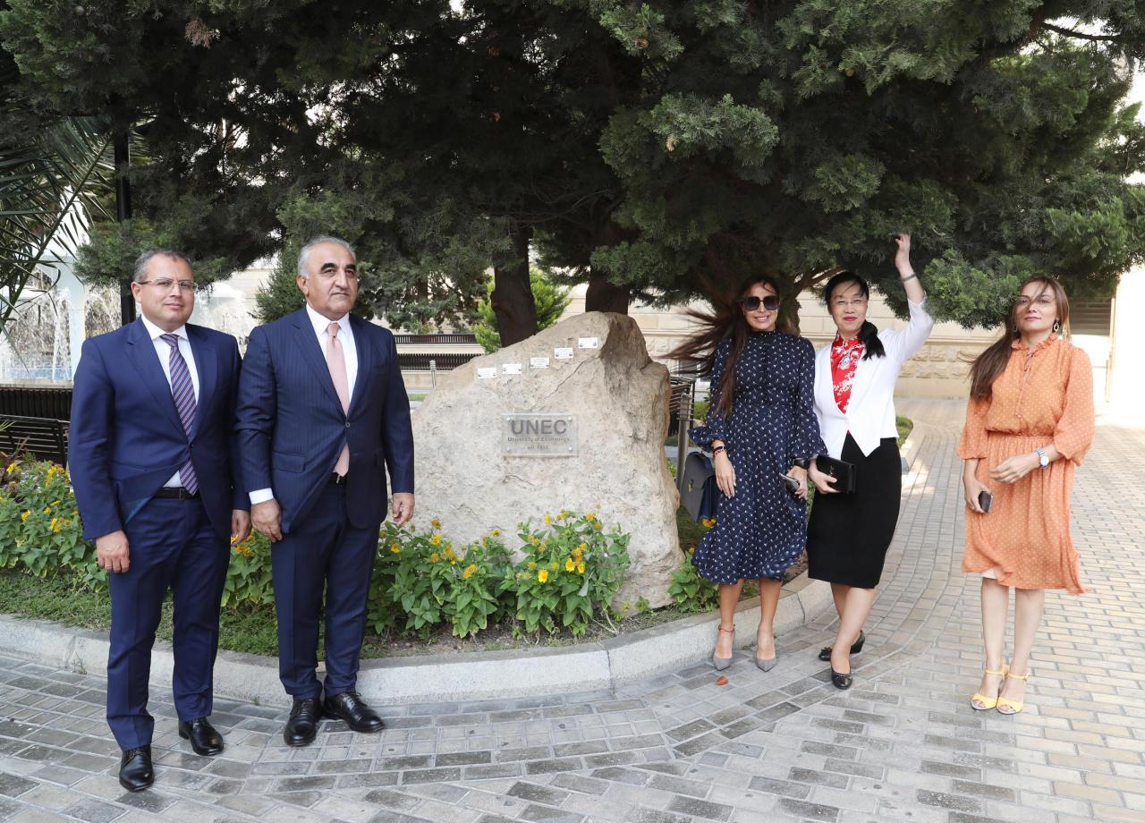 Вице-президент Фонда Гейдара Алиева Лейла Алиева приняла участие в презентации дистанционных курсов китайского языка, организованных при UNEC