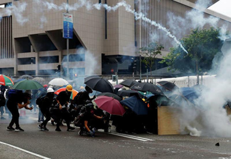 В Гонконге демонстранты бросили коктейли Молотова в здание правительства