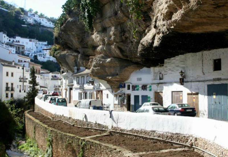 Одно из самых удивительных мест планеты: Испанский город в скале
