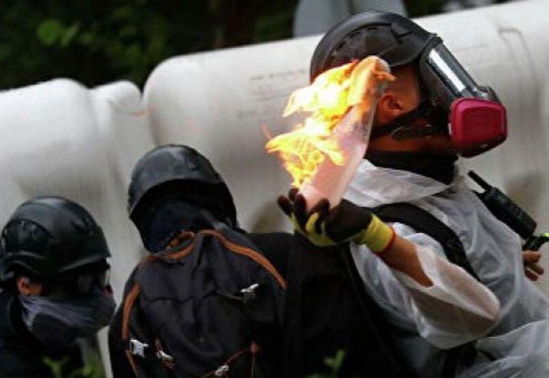 В Гонконге полицейский открыл стрельбу в воздух боевыми патронами