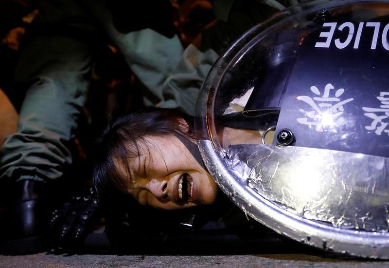 Полиция Гонконга вновь распылила слезоточивый газ против демонстрантов