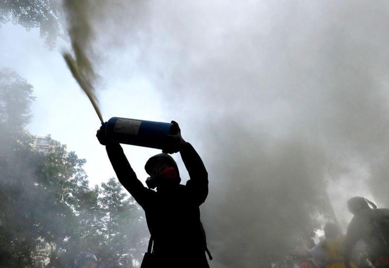 Протестующие сожгли коммунистический флаг в Гонконге