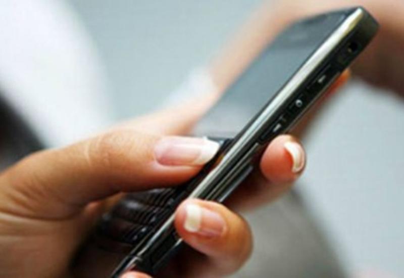 В Азербайджане предложено запретить пользоваться мобильными телефонами в школах