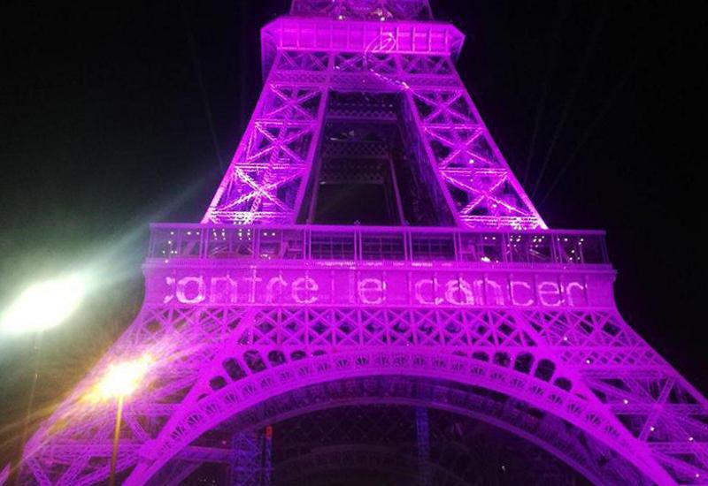 Эйфелева башня окрасилась в розовый цвет