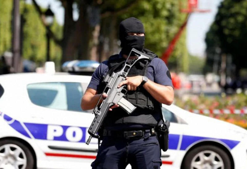 В Париже мужчина напал на полицейских в участке