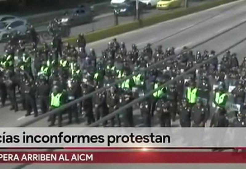 В Мехико бастующие полицейские перекрыли дороги, ведущие к аэропорту