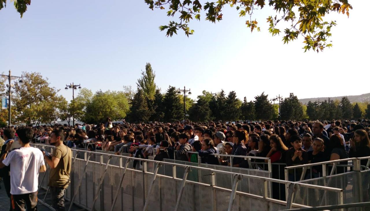 Толпа фанатов в ожидании Тимати на бакинском бульваре