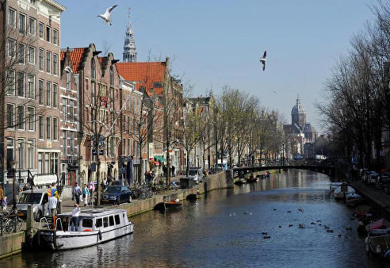 В Амстердаме сотни активистов-экологов перекрыли улицу