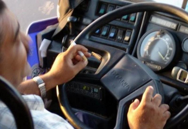 В Баку наказали водителей автобусов за курение за рулем