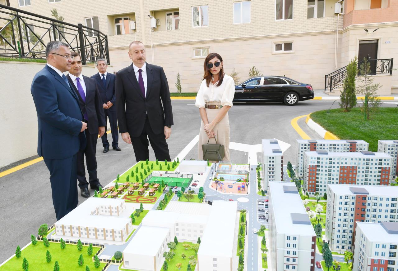 Президент Ильхам Алиев и Первая леди Мехрибан Алиева приняли участие в открытии жилого комплекса «Гобу Парк-2», возведенного для вынужденных переселенцев