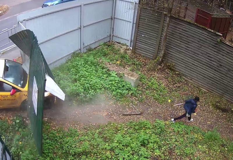 Забор спас даму с собаками от неуправляемого такси