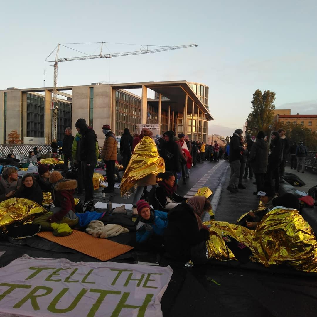 Сотни экоактивистов перекрыли мост к Бундестагу в Берлине