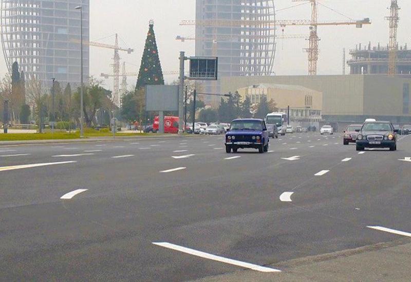 На центральном проспекте в Баку убирают бетонные ограждения