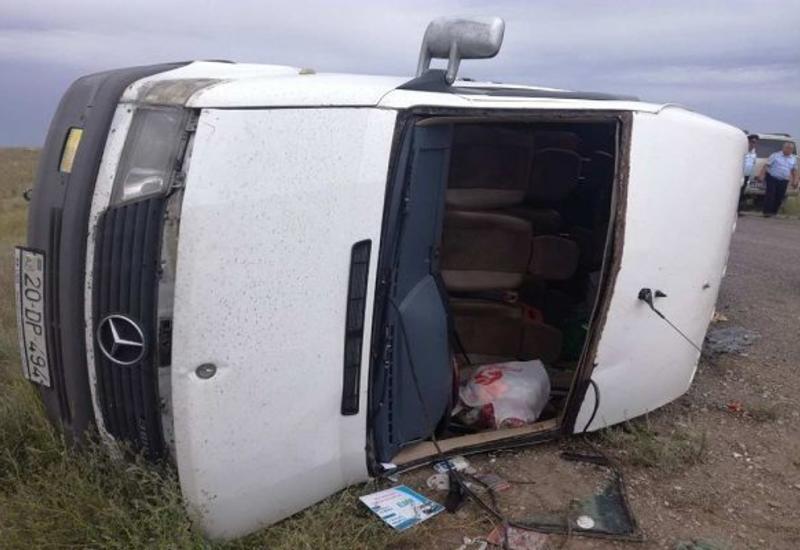 В Агстафе перевернулся микроавтобус, много пострадавших
